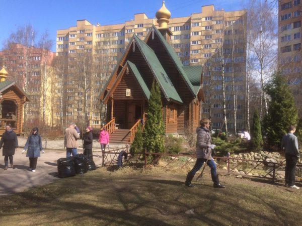 Совместными усилиями благоустроили территорию храма